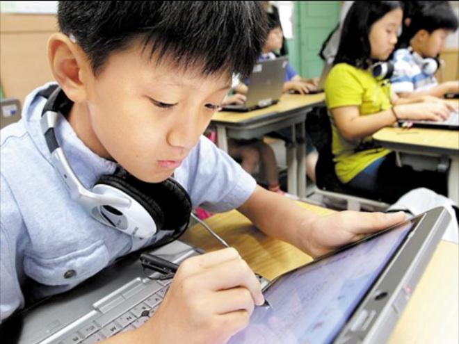 Niños de Corea dirán adiós a libros de papel y a sus pesadas maletas