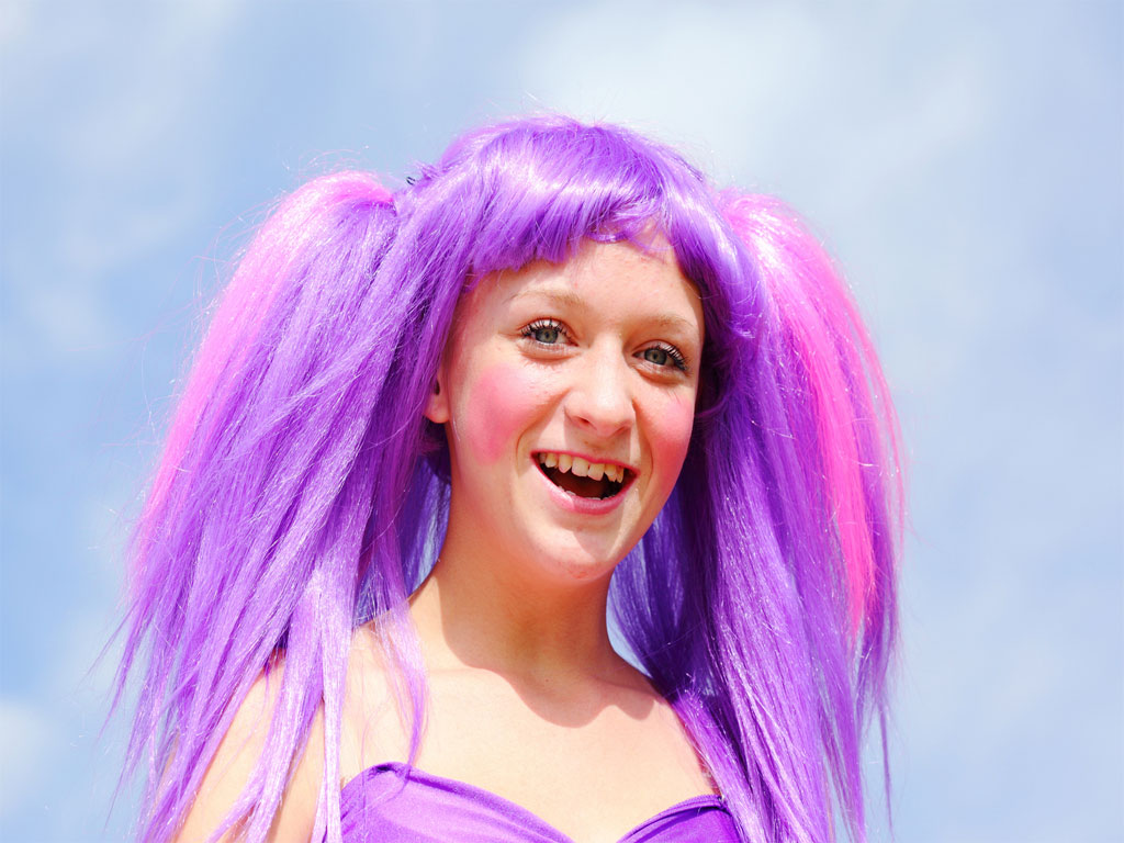Los investigadores especulan que si alguien quiere un cambio permanente en su color de pelo podría usar una plancha que grabe las redes de difracción en el cabello.