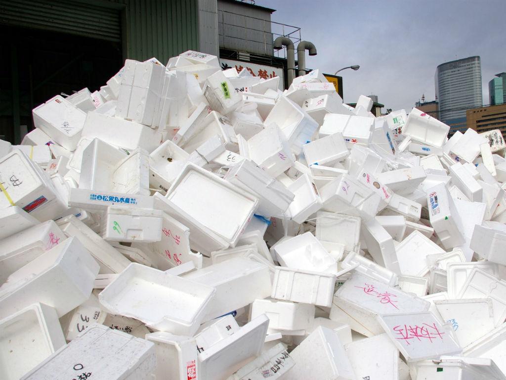 Los desechables de icopor sucios de comida no se pueden reciclar, por eso se acumulan en los rellenos sanitarios. Imagen: David Gilford (vía Flickr).
