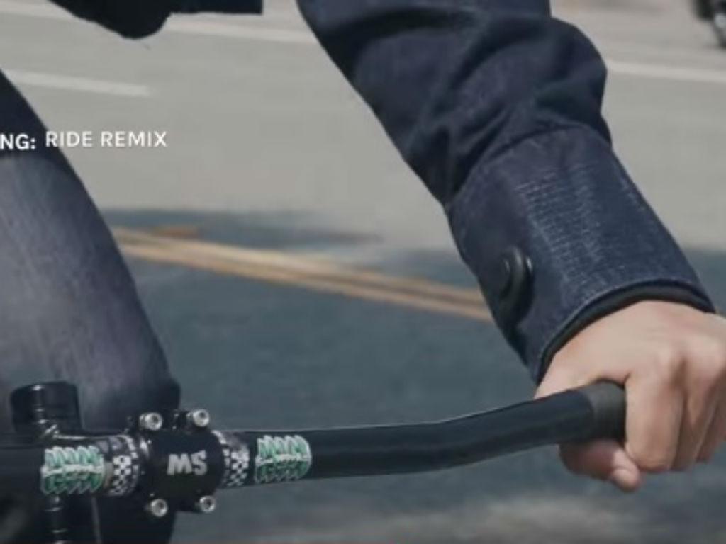 La chaqueta está diseñada para que las personas puedan controlar funciones de sus smartphones mientras conducen.