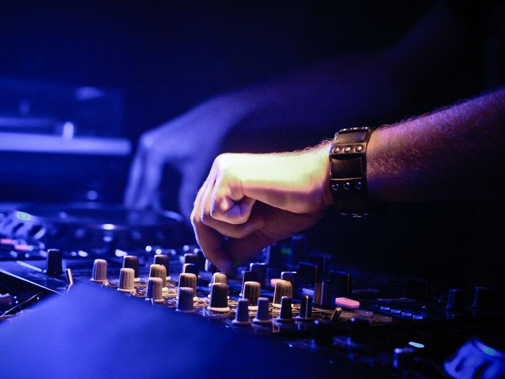 Desde tu casa puedes aprender a ser DJ.