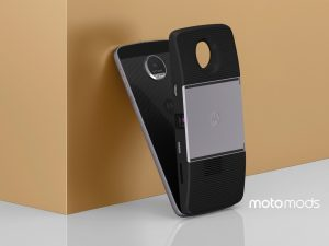 Los Moto Mods dotan al equipo de nuevas funcionalidades, como un proyector.