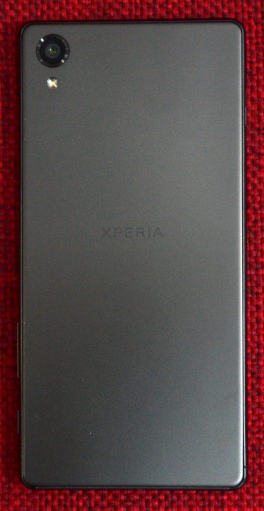La parte trasera del Xperia X es de metal.