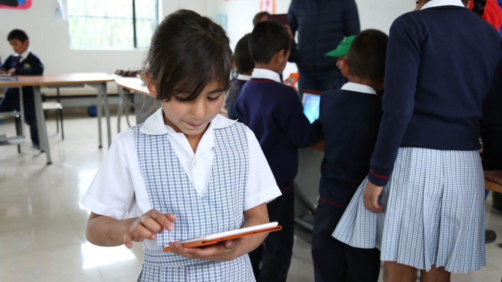 Estudiante de I.E.D Sede Aposentos en el municipio de Cucunubá, Cundinamarca haciendo uso de una tablet.