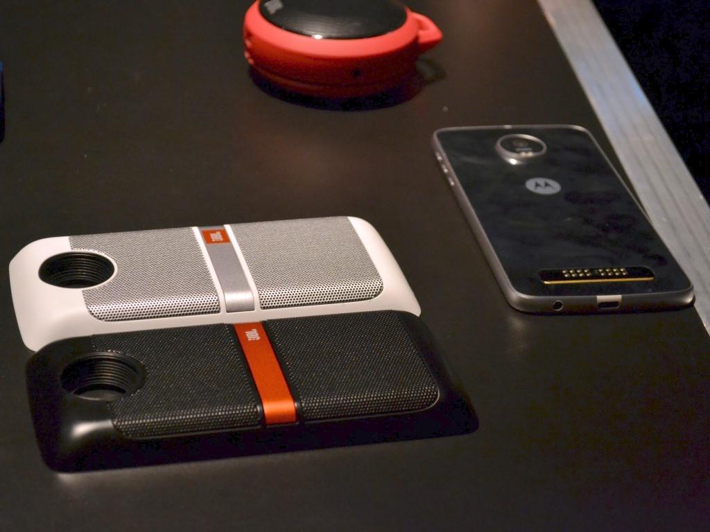 Los Moto Z son equipos compatibles con accesorios modulares llamados Moto Mods.