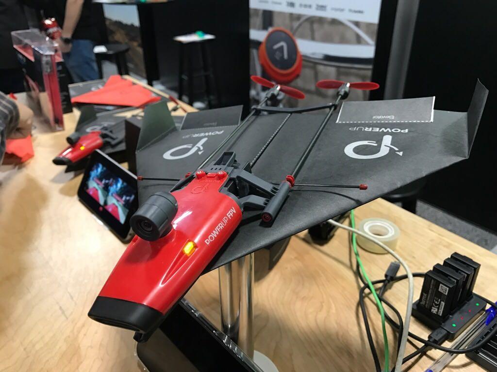 Con PowerUp 3.0 puedes convertir tu avión de papel en una máquina voladora.