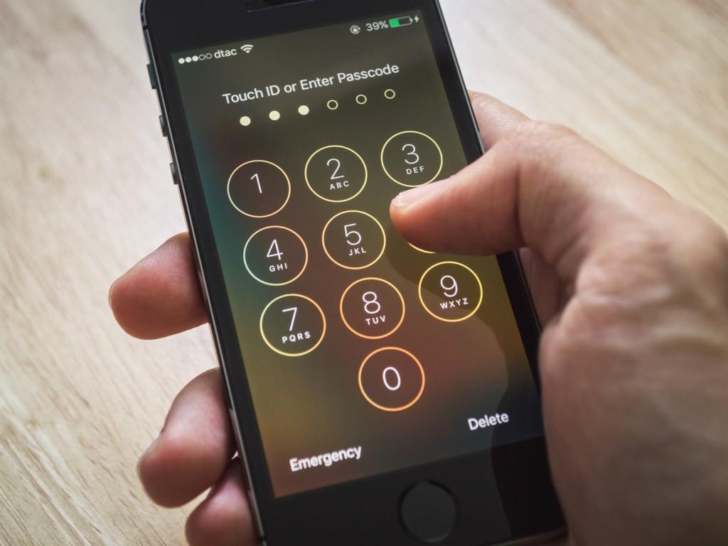 La primera medida de seguridad es establecer una contraseña, patrón o PIN de desbloqueo.