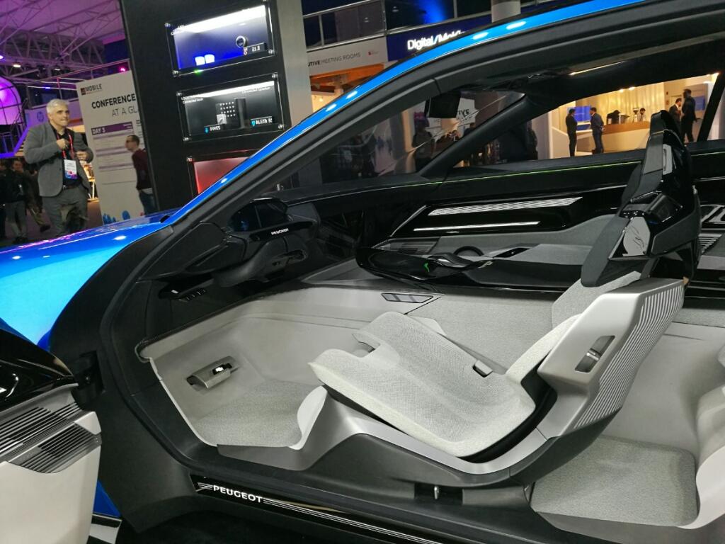 Algunas partes del interior del carro se ocultan cuando el conductor no quiere manejar.