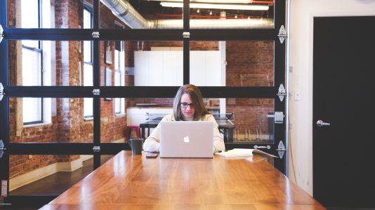 Mujer trabajando en un computador en una oficina