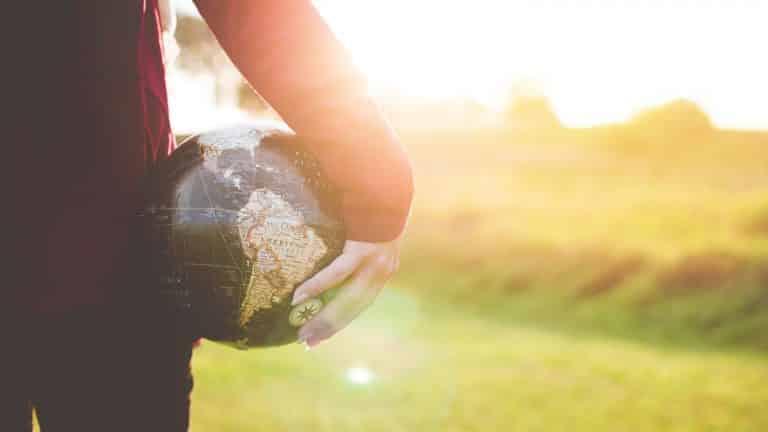 Una persona sosteniendo un mapamundi