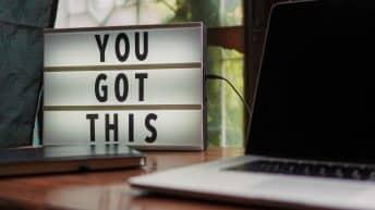 """Computador al lado de un letrero de """"You got this"""" - Trabajo remoto"""