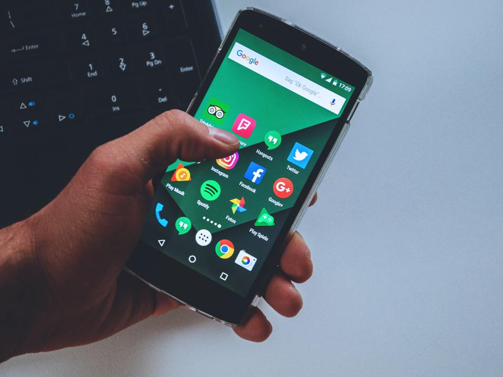 Persona sosteniendo un celular encendido