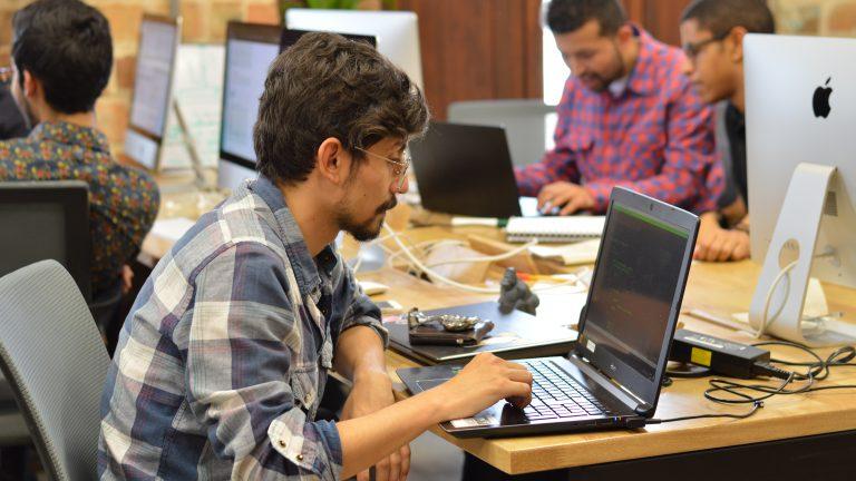 Hombre sentado trabajando en un computador