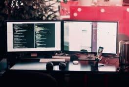 Escritorio con dos pantallas de computador