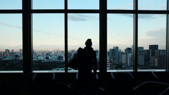 Hombre mirando por la ventana en contraluz. Adquisición PSL