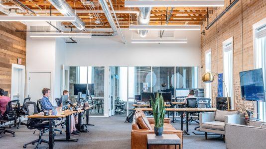 Oficina con personas trabajando en sus computadores. Convocatoria emprendimientos