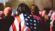 Mujer con bandera de Estados Unidos. Reconocimiento facial