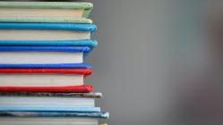 Pila de libros. Educación desde casa.