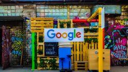 Cartel de Google en una calle. Aceleradora de startups.