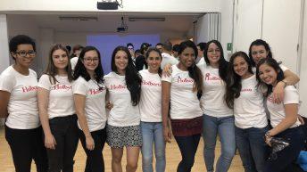 Grupo de mujeres con camisas de Holberton. Academia de desarrollo de software