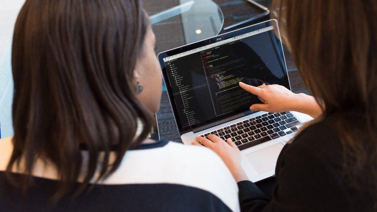Dos mujeres revisando el código. Programadores