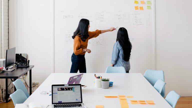 Dos mujeres escribiendo en un tablero. Cómo reclutar un cofundador