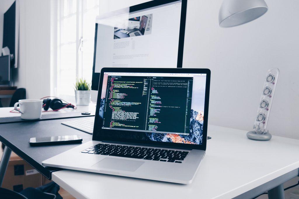 Computador mostrando código. Empleabilidad