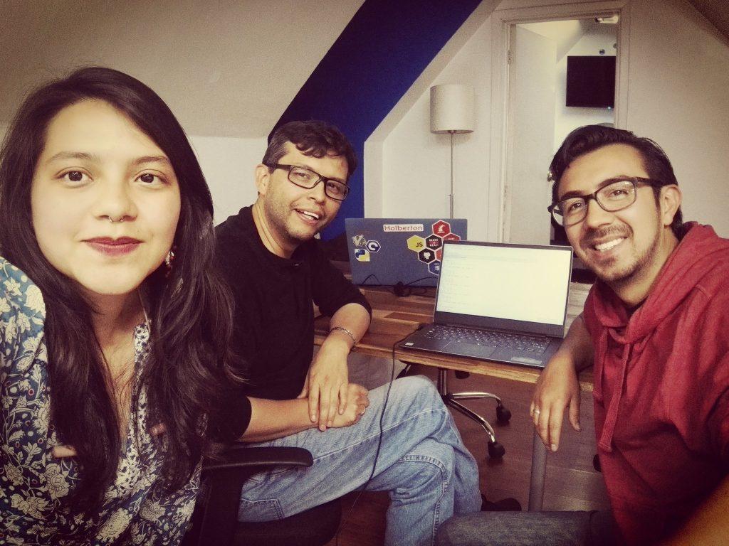 Tres programadores mirando a la cámara