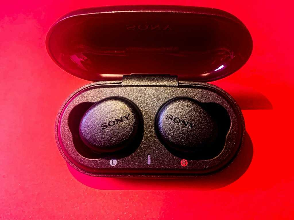 Unboxing Sony WF-XB700